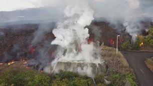 La lava del volcà de La Palma engoleix piscines al seu pas