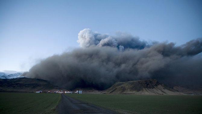 Els núvols de cendra redueixen la visibilitat i poden trencar parts vitals de l'aparell
