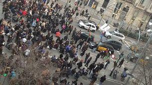 La manifestació dels treballadors de TMB, a l'alçada del passeig de Gràcia (@chris_fuertes)