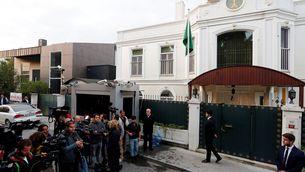 Expectació mediàtica a l'exterior de la residència del cònsol saudita a Istanbul, que Turquia espera poder escorcollar aquest dimecres (Reuters)