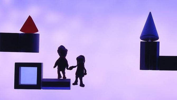 Un parell de figures de nens entre formes geomètriques que imiten cases