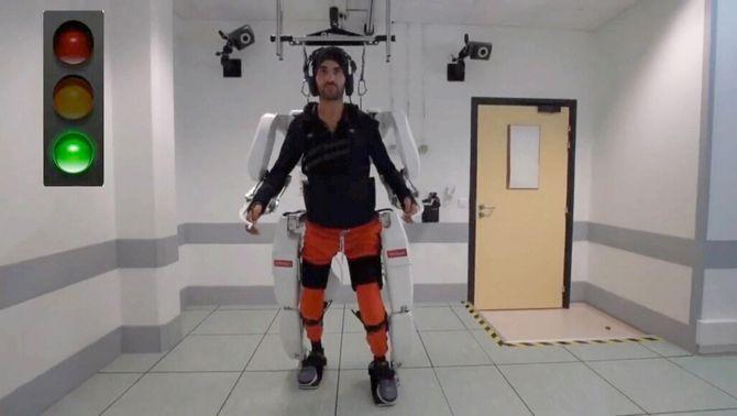 Un tetraplègic aconsegueix caminar gràcies a un sistema robòtic controlat pel cervell