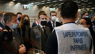 El president francès, Emmanuel Macron, parla amb treballadors d'un centre de vacunació (Reuters / Christophe Archambault)
