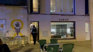 Agents dels Mossos d'Esquadra, a l'edifici on van passar els fets