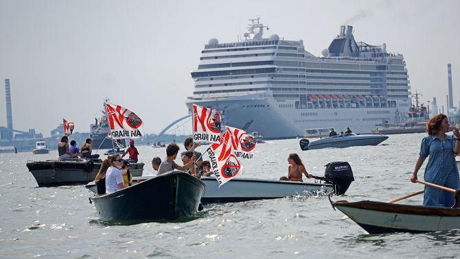 Protestes des del mar pel retorn de la circulació de creuers davant la ciutat de Venècia (EFE / Andrea Merola)