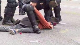 El moment de la detenció de Guillem Padilla, el 18 d'octubre de 2019 a la Via Laietana