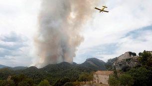 Dos hidroavions sobrevolen l'incendi prop del castell de Santa María de Miralles (EFE/Susanna Sáez)