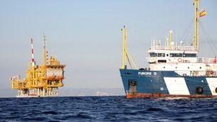 El vaixell de vigilància al voltant de la plataforma marina del projecte Castor