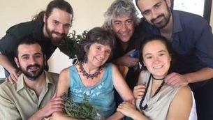 La Montserrat acompanyada pels seus fills Eloi, Alba, Genís, Joan i el seu marit Francesc