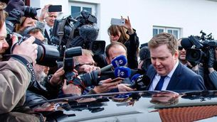 Sigmundur Gunnlaugsson abandonant la seu de la presidència del país (EFE)
