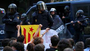 Desplegament d'agents de la Policia Nacional davant la seu de la CUP (Reuters)