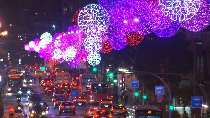 Carrer amb llums de nadal i cotxes circulant
