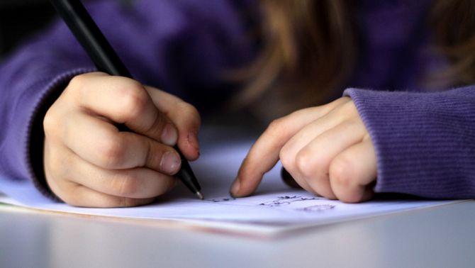 Els nens aprenen millor si escriuen a mà que amb teclat, segons un estudi