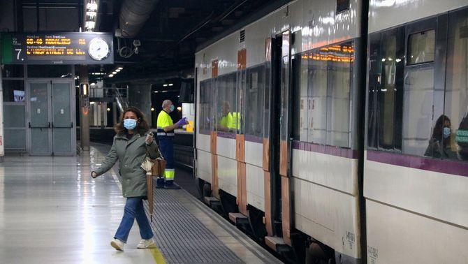 Una passatgera baixa d'un comboi de Rodalies a l'estació de Sants (ACN / Albert Cadanet)