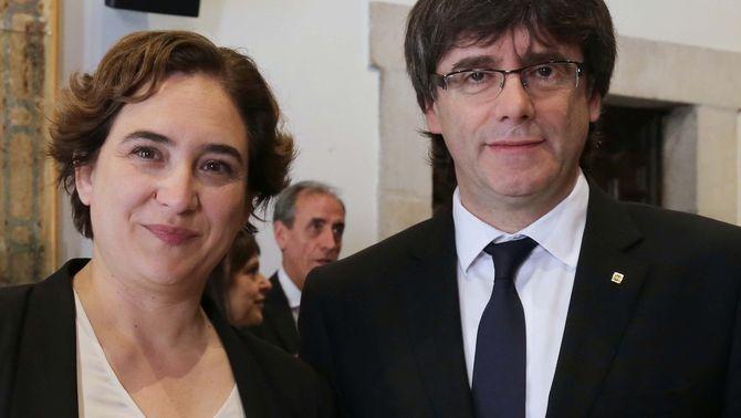 Ada Colau amb la rosa que li ha regalat Carles Puigdemont