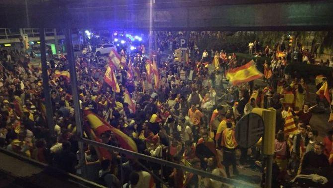 Atac a Catalunya Ràdio, tres ferits i agressions a periodistes pel pas dels ultres a Barcelona