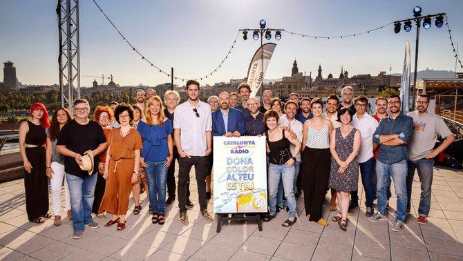 Fotografia de família amb l'equip d'estiu de Catalunya Ràdio, i el seu director, Saül Gordillo, al centre. Dimarts 17 de juliol (HORITZONT…