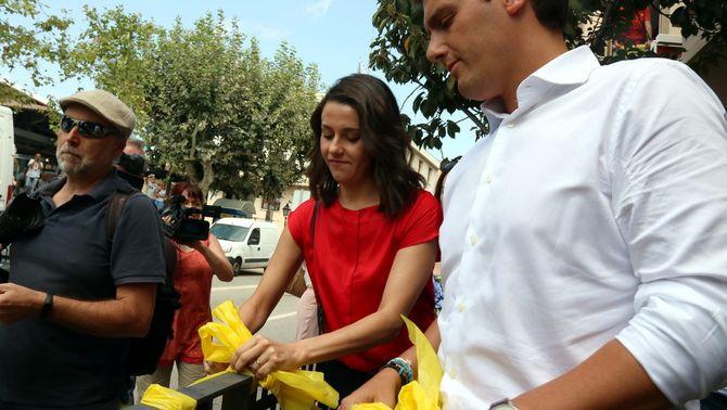 """Rivera i Arrimadas retiren llaços grocs a Alella per """"netejar l'espai públic de símbols ideològics"""""""