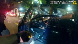 Un agent dispara amb una pistola taser contra un estudiant desarmat, aquest dissabte a Atlanta