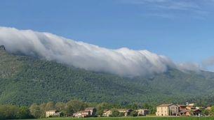 Mar de núvols vessant sobre el Puigsacalm