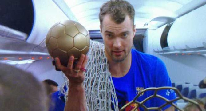 Mortensen aguanta la pilota del trofeu, que s'ha desenganxat