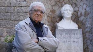 Lluís Albert al costat del bust de la seva tia i padrina, l'escriptora Caterina Albert