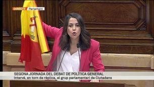 El moment en què Inés Arrimadas mostra una bandera espanyola en ple debat parlamentari