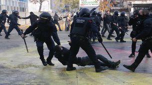 Els Mossos d'Esquadra en plena actuació, aquest dijous a Girona (ACN)