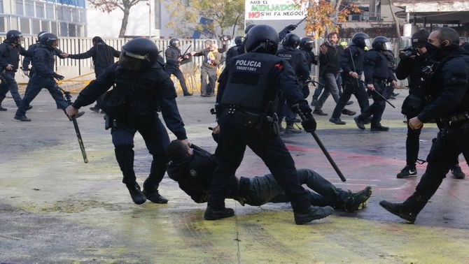 Indignació per les imatges de les càrregues dels Mossos a Girona i a Terrassa