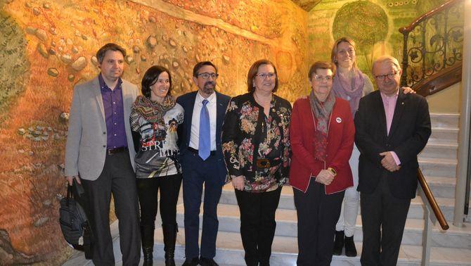 La presidenta de la Diputació de Lleida, Rosa Maria Perelló, amb responsables del projecte 'El Bus de la Salut' de diferents organismes sanitaris i de recerca, el 27 de febrer del 2019 a la diputació