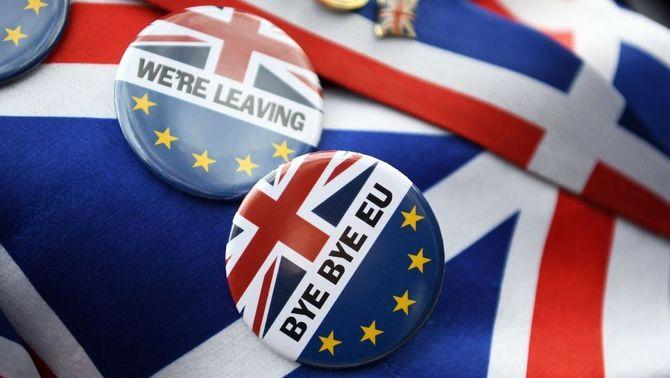 Pins, banderoles i insígnies per commemorar la sortida del Regne Unit de la UE (Efe/Andy Rain)