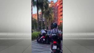 Identifiquen el conductor del taxi que va fer caure dues persones amb moto a Barcelona