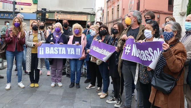 Concentració per denunciar una agressió sexual a Badalona (ACN / Carola López)