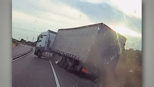 Graven un camioner begut fent esses i a punt de bolcar a l'N-340 al Baix Ebre