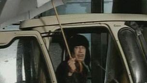 Excèntrica imatge de Moammar al-Gaddafi, en la primera aparició des de l'inici de la revolta (Foto: Reuters)