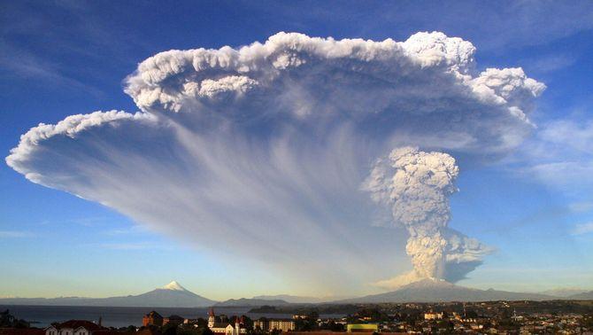 El volcà Calbuco en erupció llança a l'exterior una densa columna de fum visible a 2.000 metres d'alçada