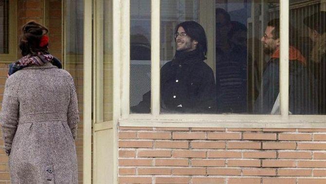 Els dos titellaires, Raúl García i Alfonso Lázaro, en el moment de sortir de Soto del Real (EFE)