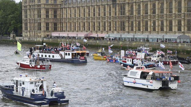 """""""Batalla"""" naval al Tàmesi a favor i en contra del Brexit"""