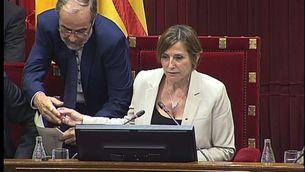 Pere Sol, al costat de la presidenta del Parlament, Carme Forcadell, en el ple de la qüestió de confiança