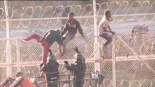 Un assalt a la tanca de Ceuta causa almenys 30 ferits, la meitat dels quals estan hospitalitzats