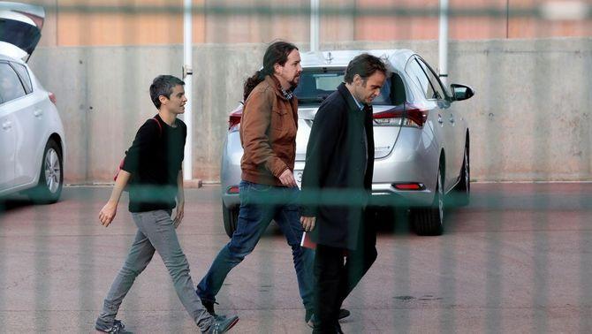 Pablo Iglesias entra a la presó de Lledoners amb Jaume Asens i Lucía Martín (EFE)