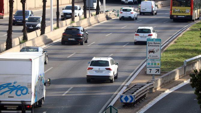 Vehicles circulant per la ronda de Dalt, amb un cartell de la zona de baixes emissions (Elisenda Rosanas/ACN)