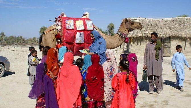 La missió del camell Roshan: dur llibres a infants del Pakistan sense escola per la Covid