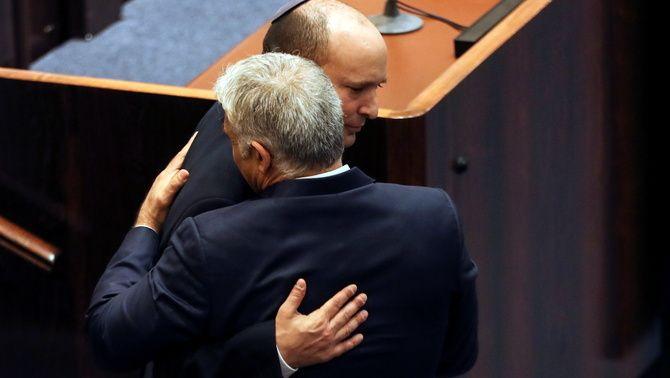 Naftali Bennet, nou primer ministre israelià, s'abraça al seu soci de coalició i nou ministre d'Exteriors Yair Lapid (Reuters/Ronen Zvulun)