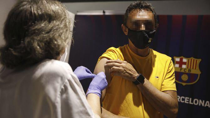 Un home es vacuna al Camp Nou (Europa Press)