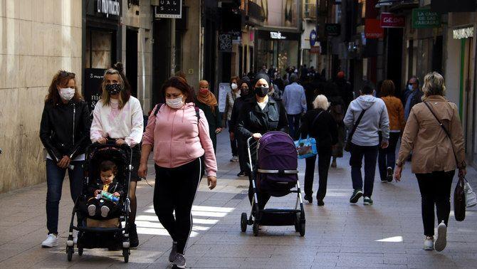 Gent amb mascareta a l'Eix Comercial de Lleida