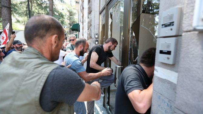 Grups violents van entrar dins la seu del col·lectiu LGTBIQ+ i van agredir els seus membres