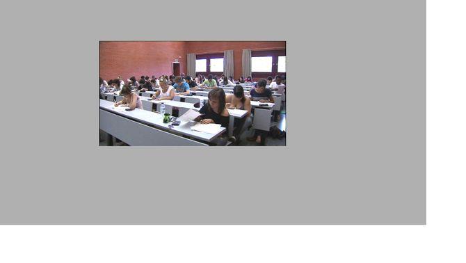 Estudiants universitaris en un examen (Foto: Arxiu)