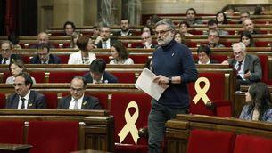 El diputat de la CUP, Carles Riera, dirigint-se a la tribuna d'oradors del Parlament (EFE)