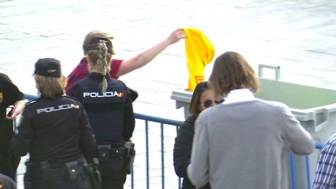 La policia requisa samarretes grogues amb lemes independentistes a la final de Copa